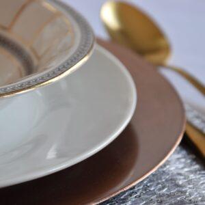 podtalerz, talerz ozdobny, dekoracja stołu, miedź, miedziany talerz, uroczystość
