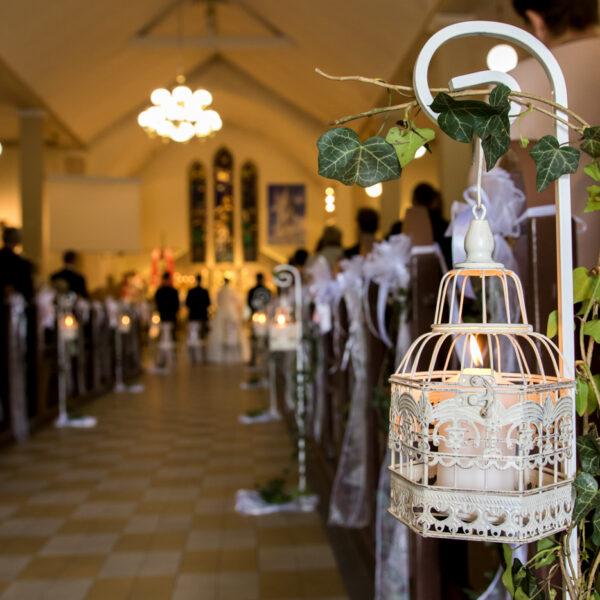 klatka dekoracyjna, klatka metalowa, stojak metalowy, stojak kuty, stojak biały, stojak dekoracyjny, dekoracja kościoła, szpaler, ozdoba stojąca, alejka ślubna,