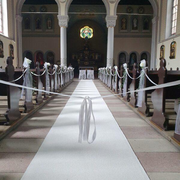 white carpet, biały dywan, dywan, dywan do kościoła, dekoracja kościoła, ślub w plenerze
