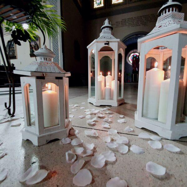 białe lampiony, dekoracja kościoła, świece, szklane latarnie, drewniane lampiony