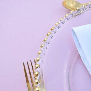 złote kulki dookoła, talerz z kuleczkami, szklany podtalerz, talerz dekoracyjny, podtalerz, ślub, wesele
