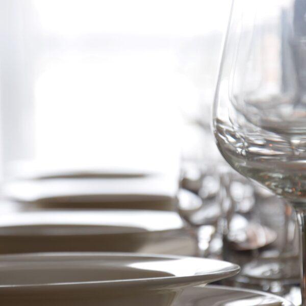 kieliszki, talerze, zastawa stołowa