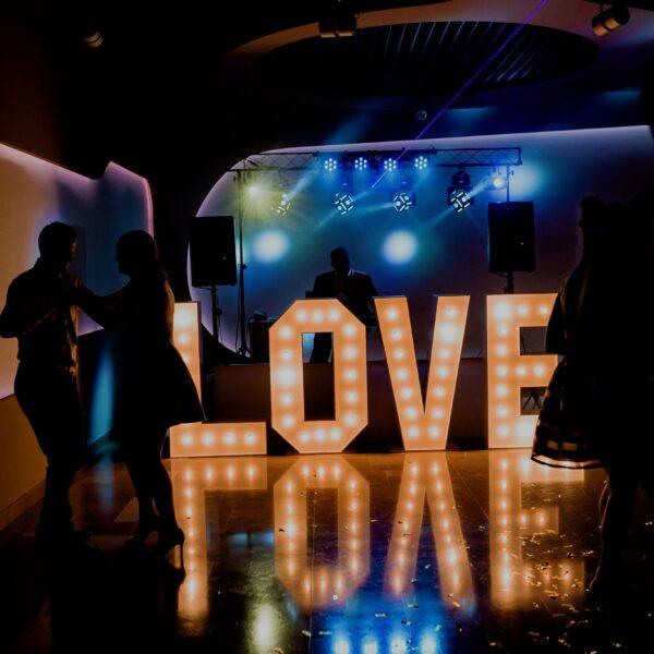 napis love, litery świetlne, love, miłość, napis podświetlany, ślub, wesele, ozdoba, dekoracja