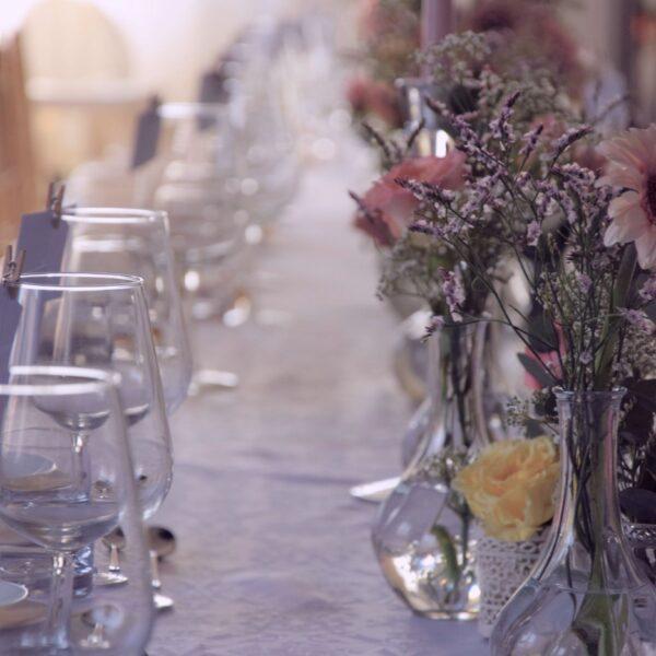 szklane wazony, małe wazoniki, dekoracja stołu, ślubne pomysły, ślubne dekoracje, weselne ozdoby, ślubny stół
