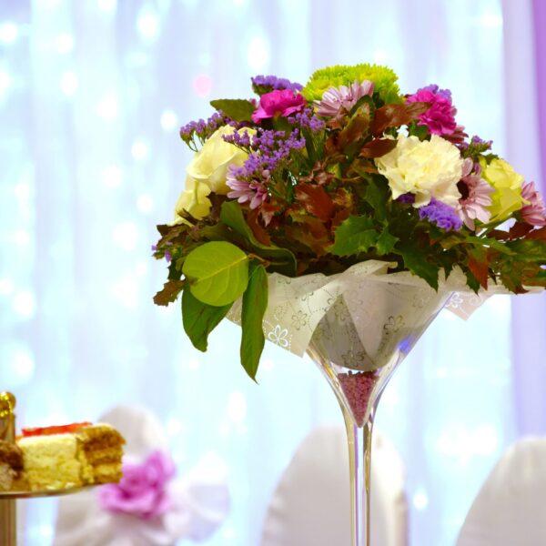 wazon, dekoracja na stół, weselne dekoracje, wazon martini, kielich na kwiaty