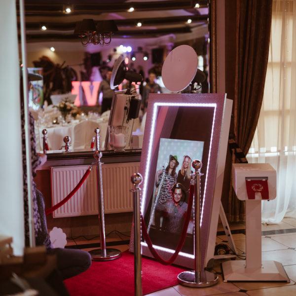 fotolustro, selfie mirror, atrakcje na wesele, impreza, rozrywka