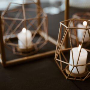 świeczniki geometryczne, geometryczne dodatki, złote świeczniki, metalowe świeczniki, dekoracja stołu