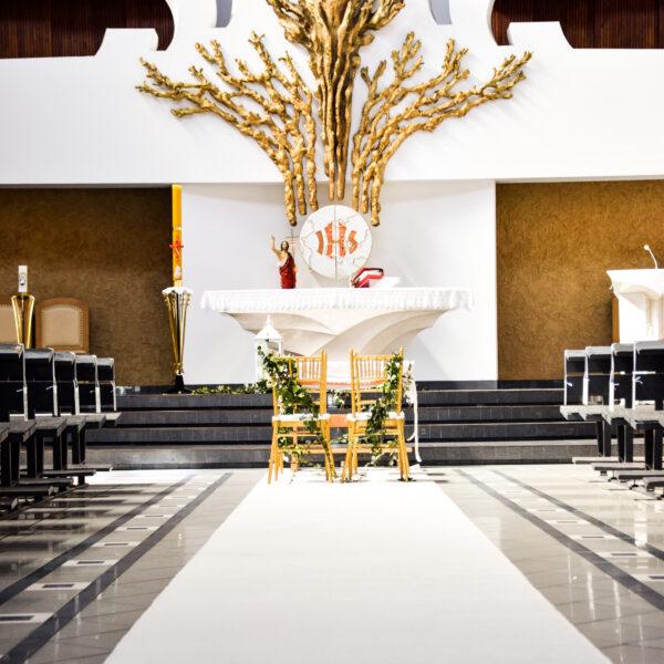 biały dywan, dywan, dywan do kościoła, dekoracja kościoła, ślub w plenerze