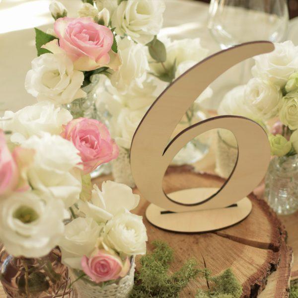 drewniane cyfry, numeracja stołów, dekoracje weselne, oznaczenie stołów, usadzenie gości