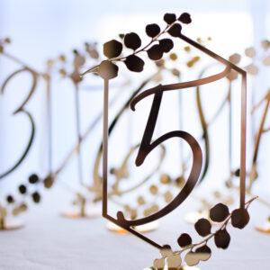 geometryczne numery na stoły, numeracja na stoły gości, numery na stół, numeracja stołów, złote dodatki, usadzenie gości