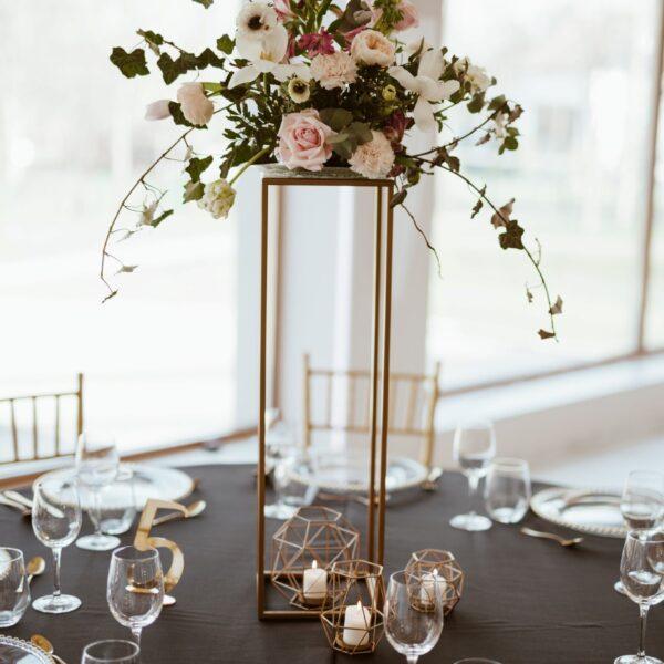 pakiet glamour, ślub glamour, wypożyczalnia dekoracji, dekoracje glamour, dekoracje stołów, ślubny pakiet, dekoracje weselne, dekoracje na stoły, szklane podtalerze, złote sztućce, złote krzesła, krzesła chiavari, ślubne pakiety, stoły weselne, geometryczne stojaki, kwiaty na wesele, numeracja stołów, sala na wesele, wystrój sali, geometryczne świeczniki, weselne dodatki