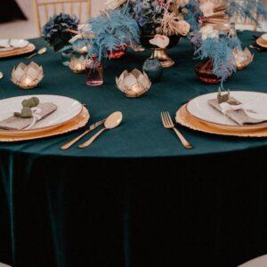 obrus, ciemny ibrus, obrus butelkowa zieleń, dekoracja stołu, szmaragdowo zielony, obrusy na wesele, wypożyczalnia obrusów, piękne wesele