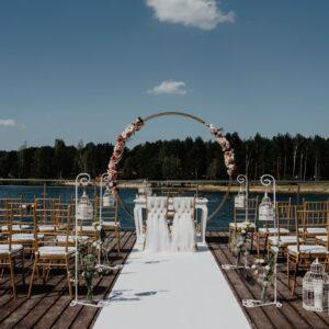 ślub plenerowy w stylu glamour, ślub w plenerze, plener, wesele w ogrodzie, ceremonia zaślubin, ślub cywilny, prabka ślubna, biały dywan, krzesła chiavari, wynajem